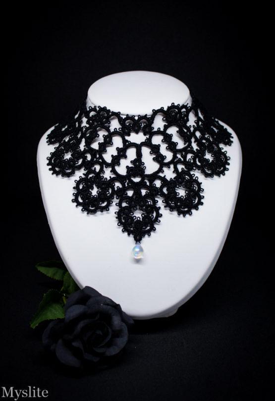 Collier plastron en dentelle noire avec perle transparente Myslite