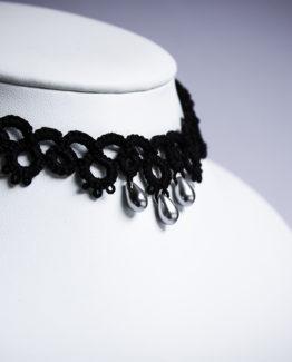 Tour de cou en dentelle noire avec trois perles décoratives couleur argent