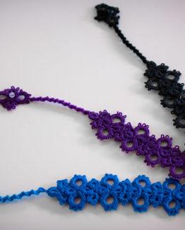 Trois marques page en dentelle: bleu canard, violet et noir