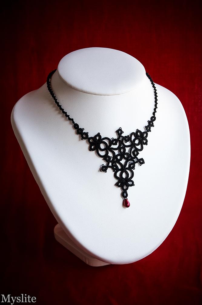 Collier gothique romantique en dentelle noire avec perle goutte bordeaux