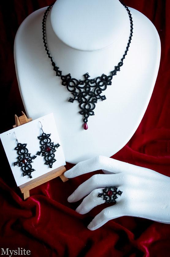 Parure gothique en dentelle noire avec perles et cristaux Swarovski bordeaux, composée d'un collier, d'une bague et de boucles d'oreilles assorties.