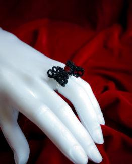 Bague noeud papillon en dentelle noire avec Cristal Swarovski rouge