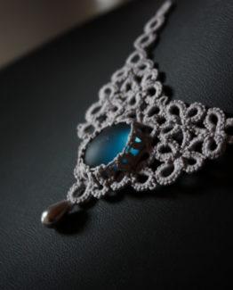 Collier en dentelle couleur argent avec cabochon bleu ciel Myslite