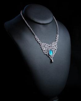 Collier de dentelle gris argent avec cabochon bleu ciel Myslite
