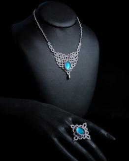 Parure en dentelle gris argent avec cabochon bleu ciel, composée d'une bague et d'un collier