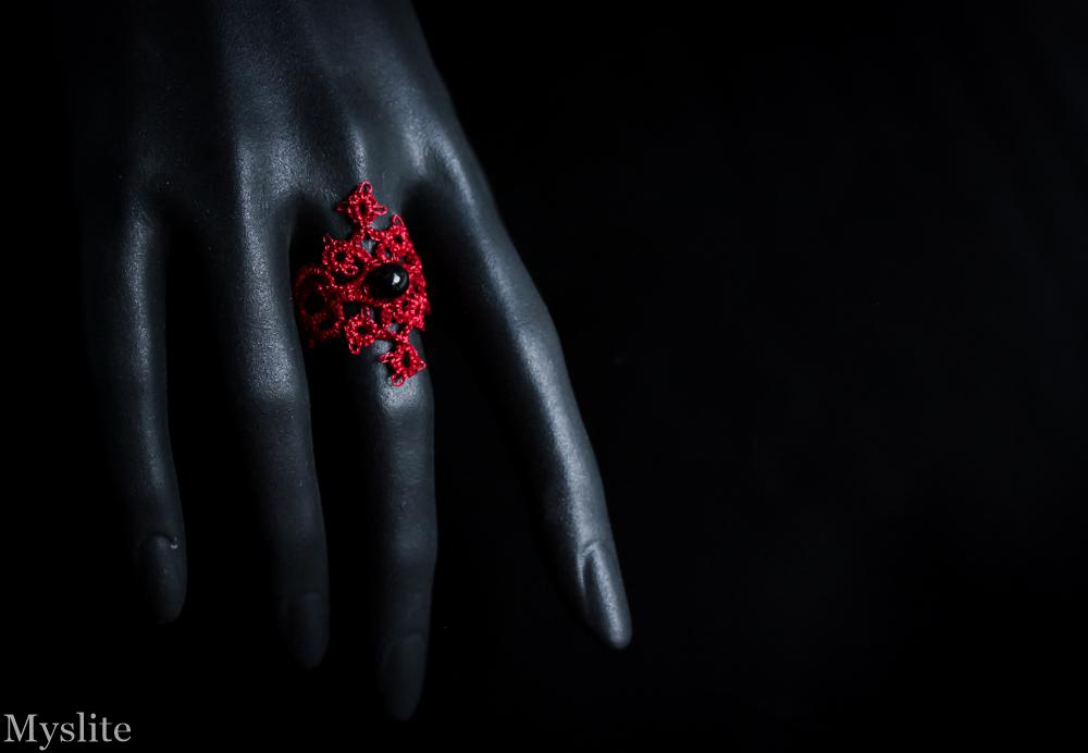 Bague en dentelle rouge métallisé avec perle noire