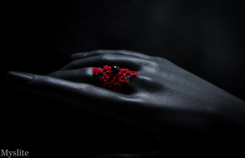 Bague en dentelle rouge métallique avec perle noire Myslite