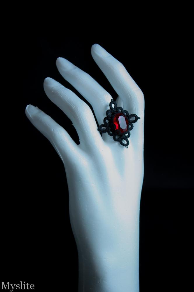 Bague gothique en dentelle noire à cabochon Swarovski rouge grenat incrusté