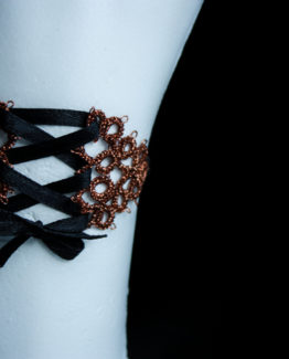 Bracelet cuivré et noir en dentelle avec laçage façon corset