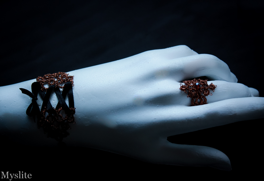 Bracelet avec laçage façon corset et bague en dentelle assortie