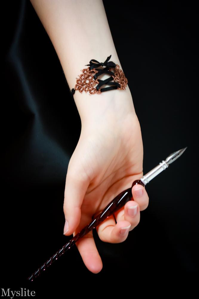 Photo portée du bracelet avec laçage façon corset