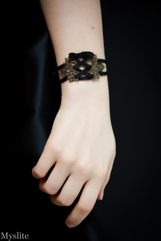 Bracelet corset en dentelle or avec laçage noir Myslite