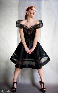 Robe corsetée en satin noir et dentelle à l'aiguille Myslite
