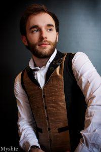 Veste corsetée pour homme Myslite en dupion de soie bronze et toile à corset noire, avec engrenages décoratifs sur le col pour un style steampunk