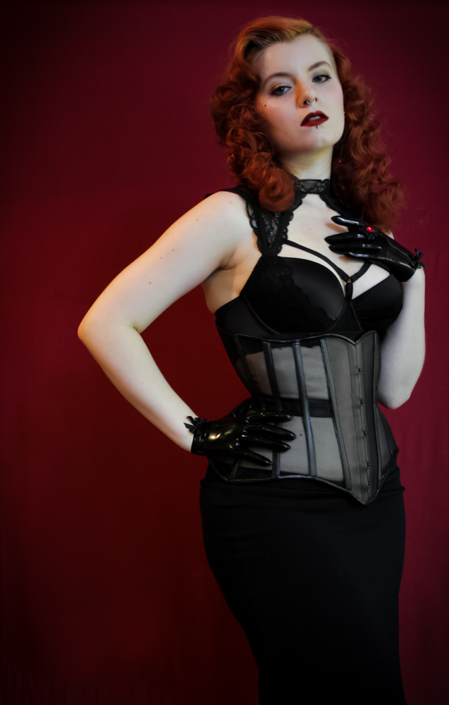 Corset underbust semi transparent, en simili cuir et crin de polyester noir.