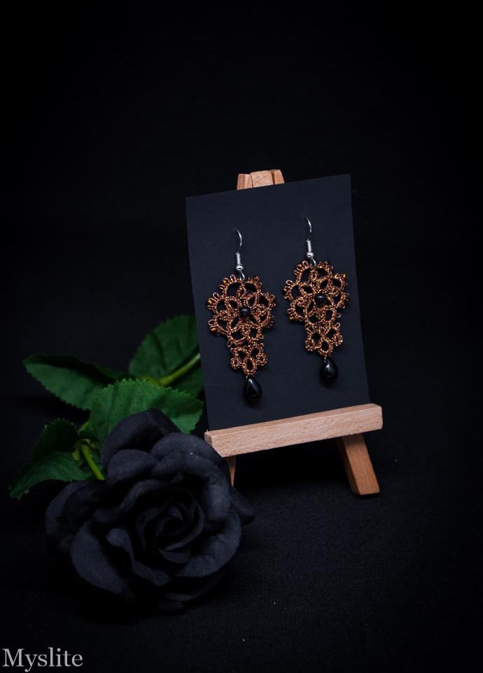 Boucles d'oreilles en dentelle florale cuivrées avec perles noires, inspirées de l'esthétique rétro et Rockabilly