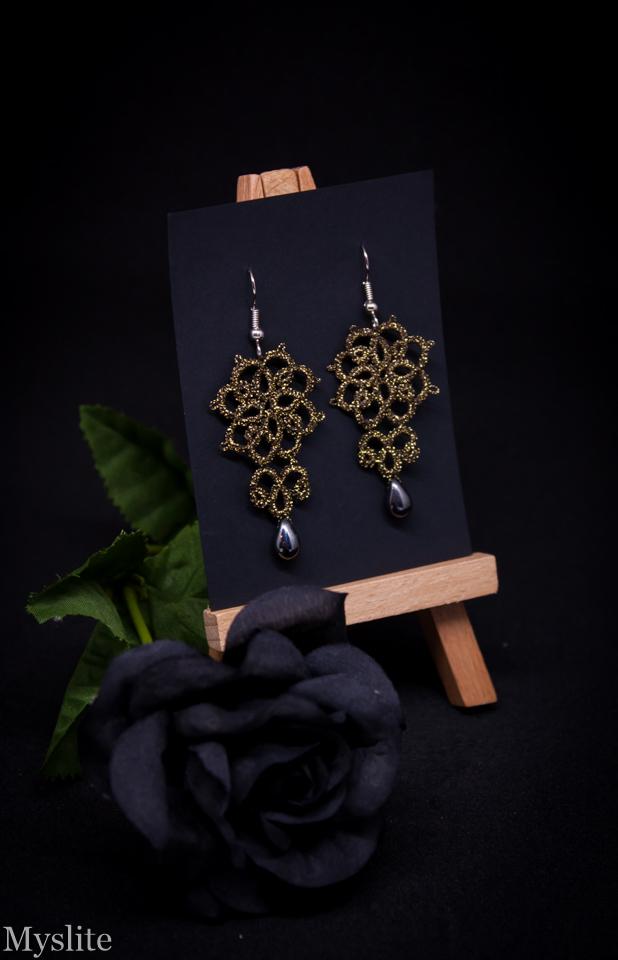 Boucles d'oreilles en dentelle florale dorée avec perles gris hématite, inspirées de l'esthétique rétro et Rockabilly