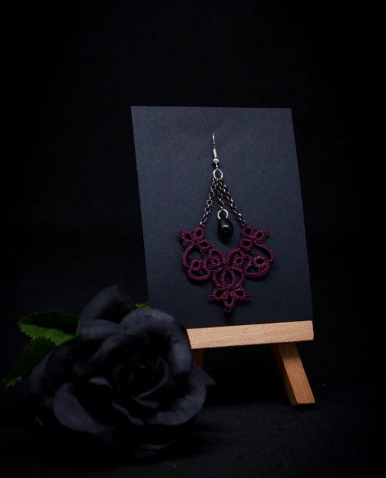 Boucle d'oreille en dentelle lie de vin avec perle noire suspendue.