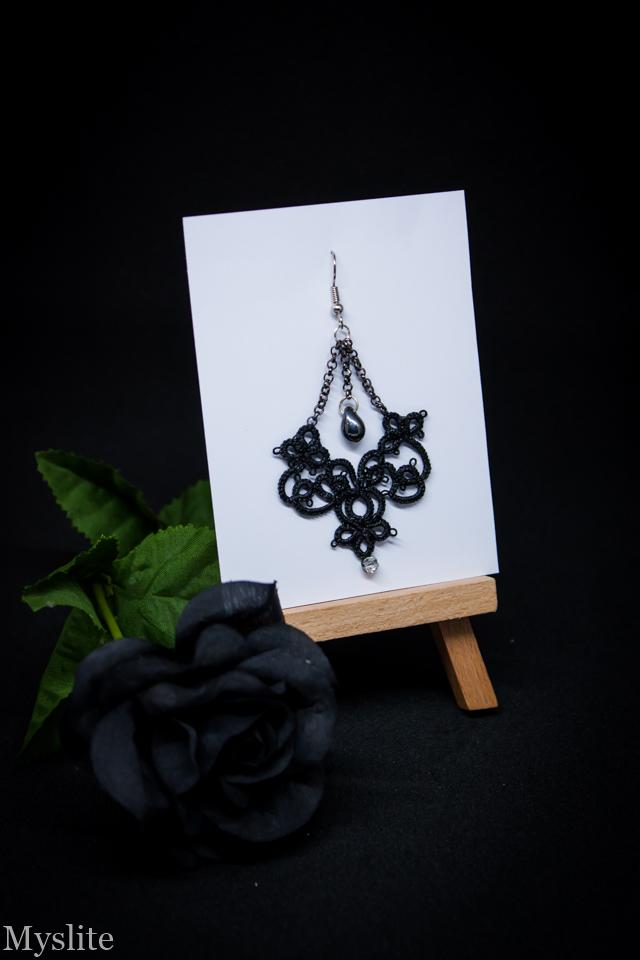 Boucle d'oreille en dentelle noire avec perle gris hématite suspendue.