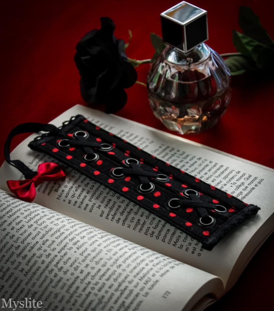 Marque-page corset Myslite à pois noir et rouge, avec laçage et noeud en satin décoratif.