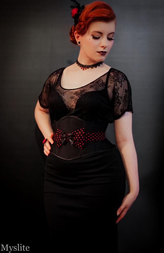 Serre-taille noir et rouge Myslite d'inspiration Rockabilly avec noeud décoratif en tissu.