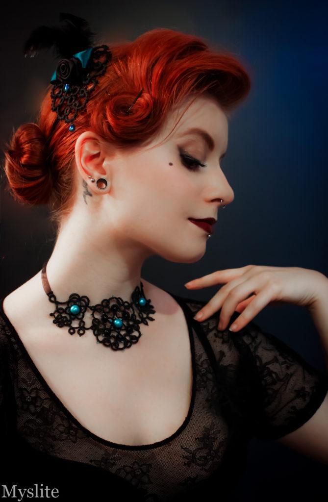 Collier plastron Let's go Retro by Myslite, en dentelle florale noire avec perles décoratives bleues.