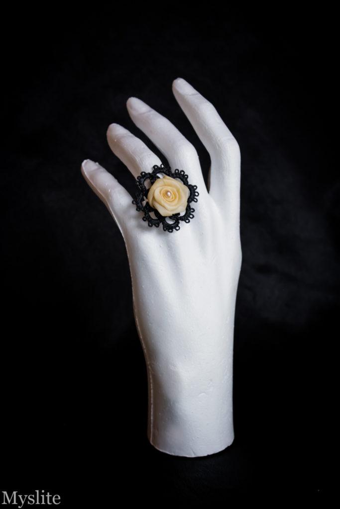 Bague en dentelle noire rockabilly avec rose décorative écru