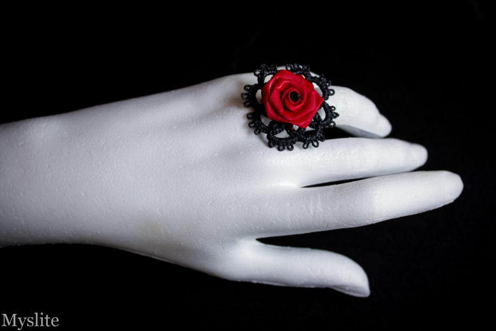Bague en dentelle noire rockabilly avec rose décorative rouge