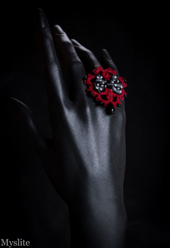 Bague en dentelle rouge bordeaux rockabilly avec noeud décoratif noir à pois blancs et perle pendante noire