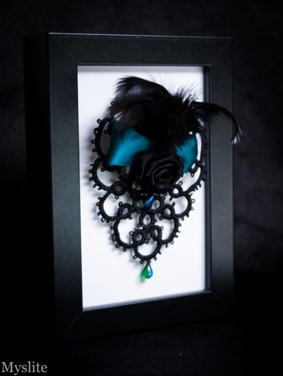 Bijou de tête en dentelle noire avec rose décorative et plumes noires, et ruban bleu