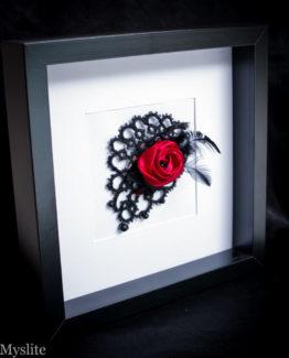 Bijou de tête bibi en dentelle noire avec rose décorative rouge et plumes noires