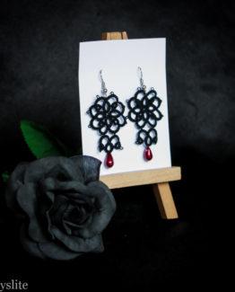 Boucles d'oreilles en dentelle florale noire avec perle bordeaux, inspirées de l'esthétique rétro et Rockabilly