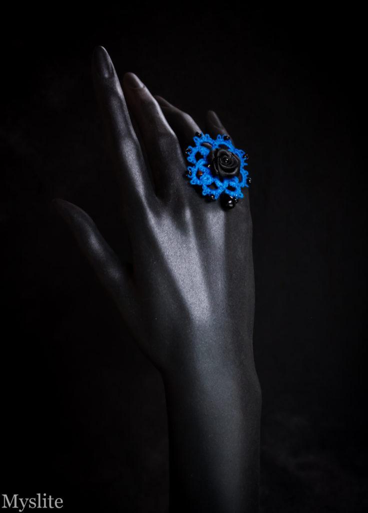 Bague en dentelle bleue rockabilly avec rose décorative noire et perle pendante noire