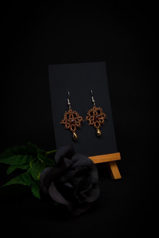 Boucles d'oreilles Joséphine en dentelle cuivrée avec cristal Swarovski ambre et perle décorative dorée