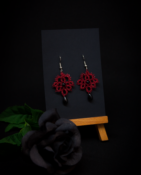 Boucles d'oreilles Joséphine en dentelle rouge métallisé avec perles noires