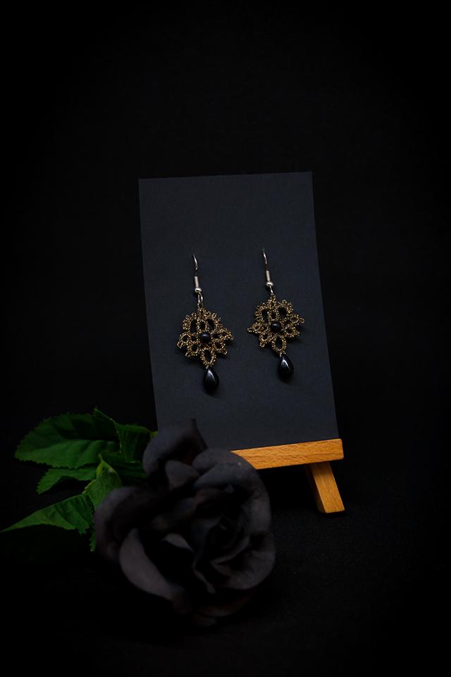 Boucles d'oreilles Joséphine en dentelle vieil or avec perles noires