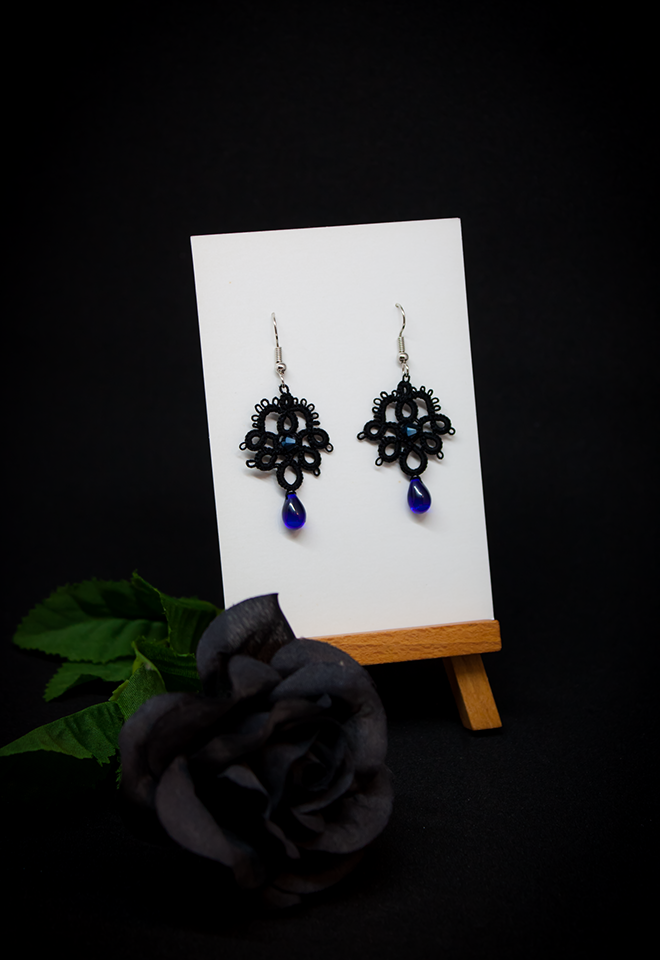 Boucles d'oreilles Joséphine en dentelle noire avec cristal Swarovski et perle décorative bleu saphir