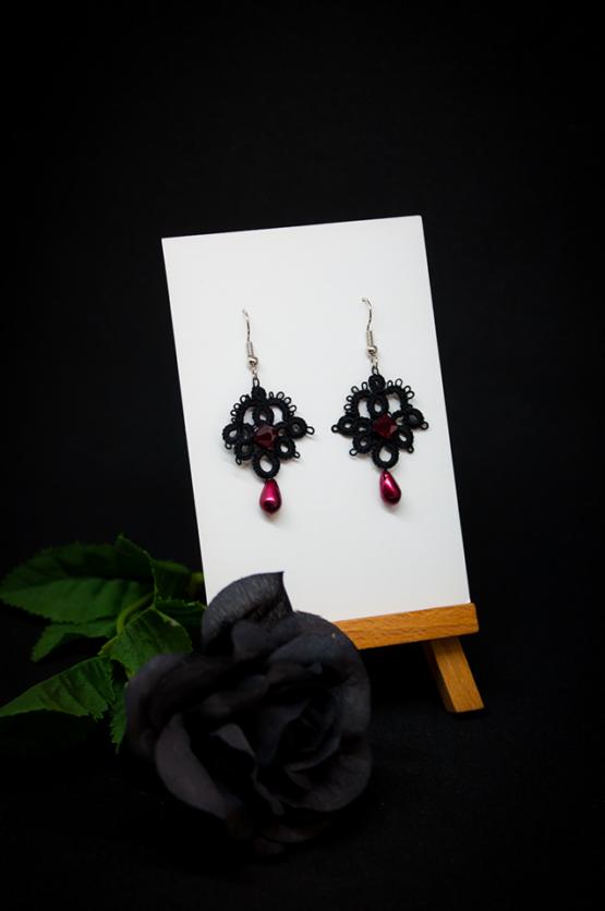 Boucles d'oreilles Joséphine en dentelle noire avec cristal Swarovski et perle décorative rouge bordeaux