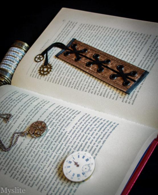 Marque page corset en dupion de soie cuivré avec laçage noir et rouages décoratifs