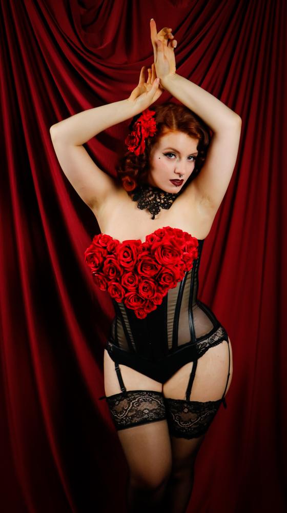 Corset noir ornée de roses rouges